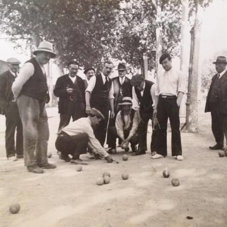 Photo via Musee de La Boule It appears the expression originated in Provence by pétanque players as a way to show your humility for losing (or playing very badly) in the match.