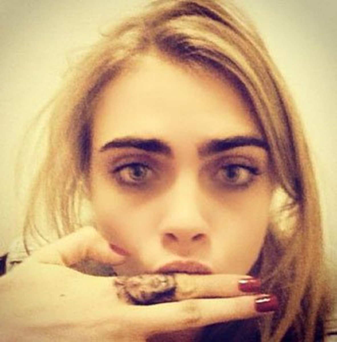 5Cara-Delevingne-finger-tattoo-2