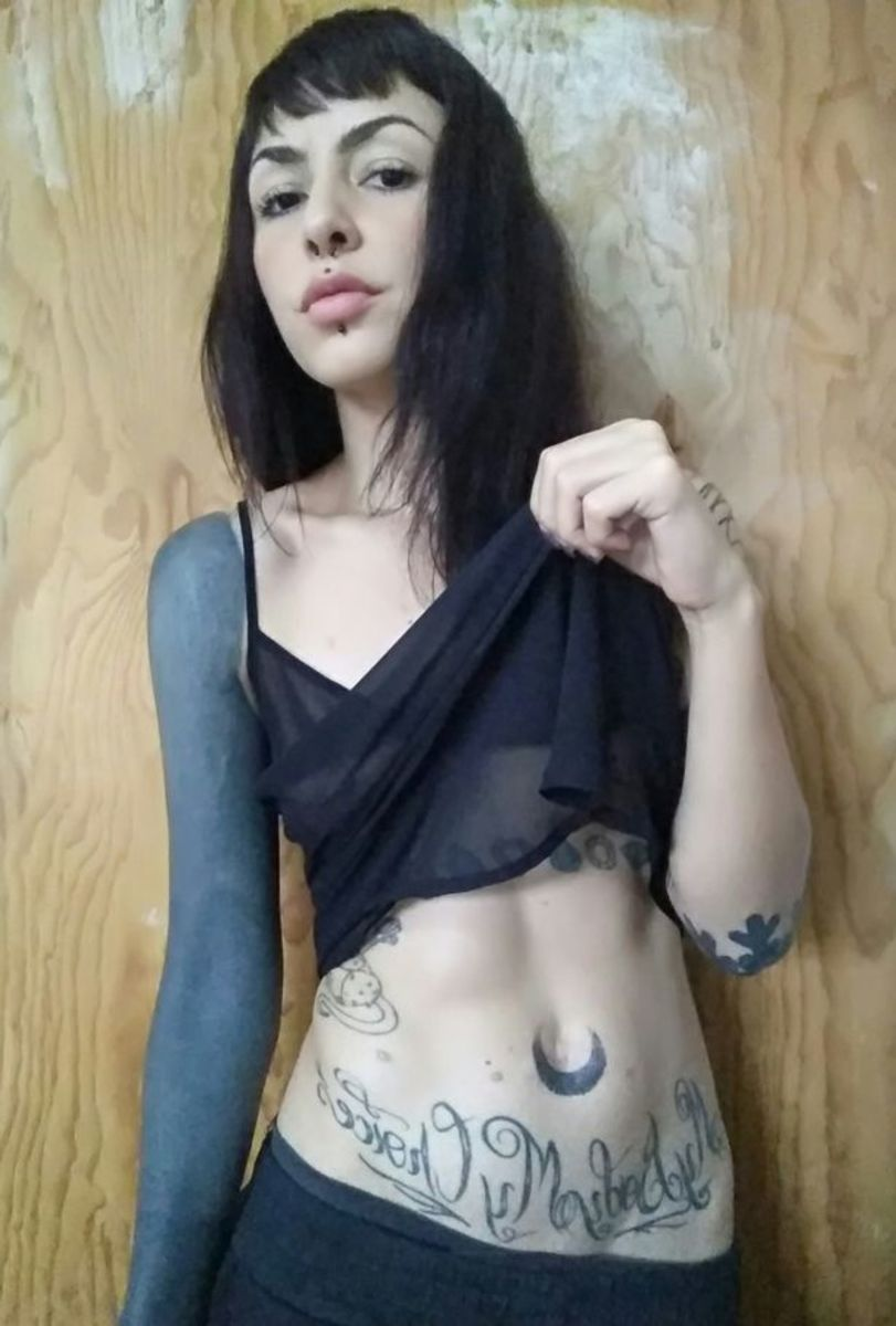 Woman removes belly button, extreme body modifications, body modification regrets, Paulina Landeros, inked magazine