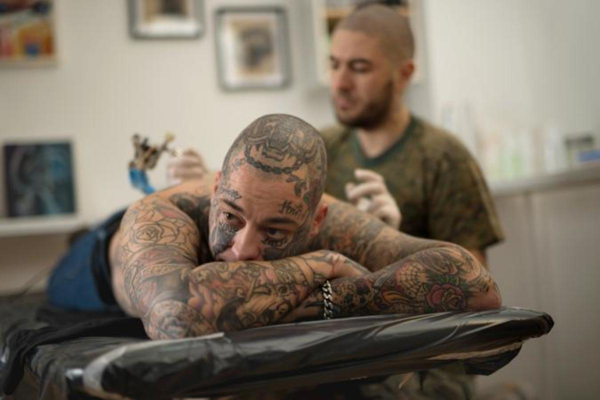 212906-675x450-Man-lying-in-tattoo-studio