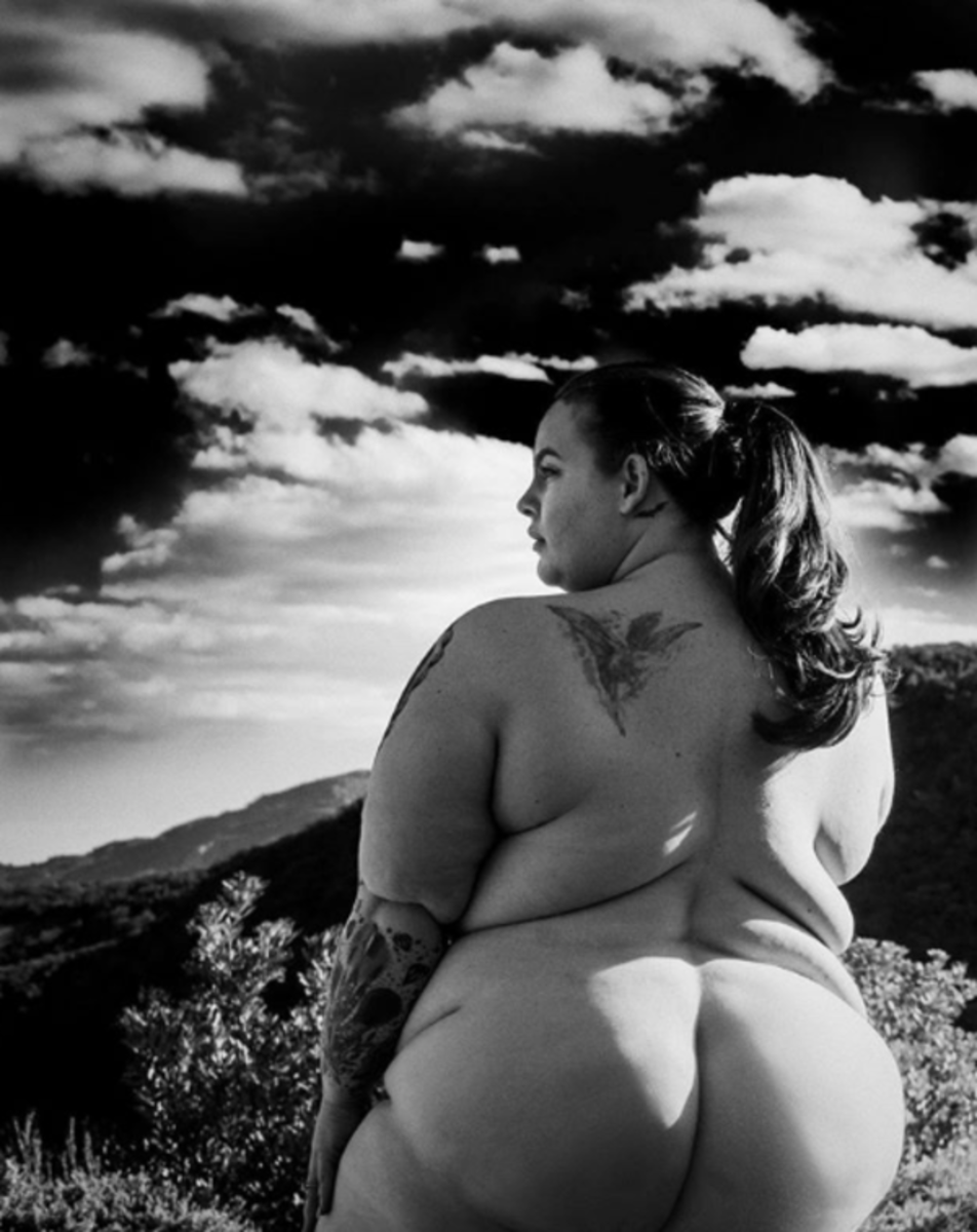 In this shot, taken by her Australian hubby Nick Holliday, Tess flaunts her fabulous curves against a stunningly scenic backdrop.